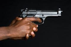 Mani che tengono pistola fotografie stock