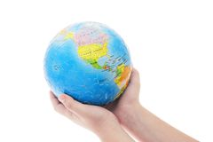Mani che tengono puzzle di puzzle del globo Immagini Stock Libere da Diritti