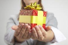 Mani che tengono regalo Fotografia Stock Libera da Diritti