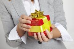 Mani che tengono regalo Immagini Stock Libere da Diritti