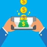 Mani che tengono Smart Phone che guadagna le grandi monete alla borsa dei soldi Fotografia Stock