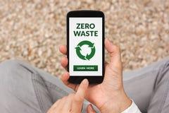 Mani che tengono Smart Phone con zero concetti residui sullo schermo Fotografia Stock