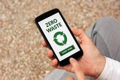 Mani che tengono Smart Phone con zero concetti residui sullo schermo Fotografia Stock Libera da Diritti