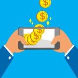 Mani che tengono Smart Phone e che guadagnano le grandi monete Fotografia Stock Libera da Diritti