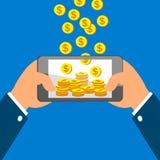 Mani che tengono Smart Phone e che guadagnano le monete Fotografia Stock
