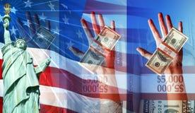 Mani che tengono soldi e la bandiera americana e la statua di libertà Immagine Stock