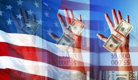 Mani che tengono soldi e la bandiera americana - simboli e concetti Fotografie Stock Libere da Diritti