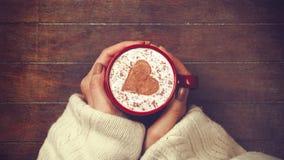 Mani che tengono tazza di caffè con forma del cuore video d archivio