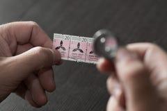 Mani che tengono timbro postale Immagini Stock Libere da Diritti