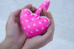 Mani che tengono un cuore Fotografia Stock