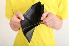 Mani che tengono un portafoglio vuoto Immagini Stock