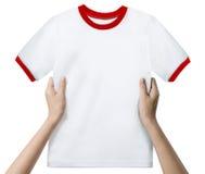Mani che tengono una camicia pulita bianca Fotografia Stock