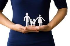 Mani che tengono una famiglia della catena del documento Fotografie Stock Libere da Diritti