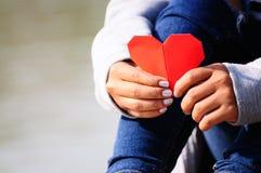 Mani che tengono una forma rossa del cuore Fotografia Stock Libera da Diritti