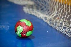Mani che tengono una palla prima della tazza greca delle donne Fotografia Stock