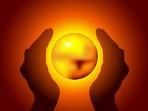Mani che tengono una sfera brillante Fotografia Stock