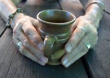Mani che tengono una tazza Immagini Stock Libere da Diritti