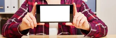 Mani che tengono uno smartphone con uno schermo attivabile al tatto vuoto Immagine Stock Libera da Diritti