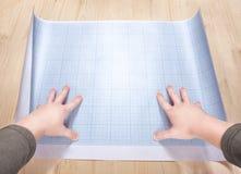 Mani che tengono uno spazio in bianco del modello Fotografia Stock