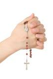 Mani chiuse nella preghiera con un rosario Fotografia Stock Libera da Diritti