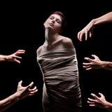 Mani circa per afferrare una femmina Fotografie Stock Libere da Diritti