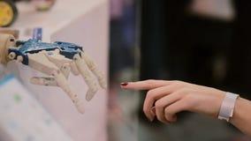 Mani commoventi dell'essere umano e del cyborg o la creazione del cyborg video d archivio