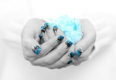 Mani con arte blu del chiodo Immagini Stock Libere da Diritti