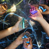 Mani con colore e la lavagna del gesso Fotografia Stock Libera da Diritti