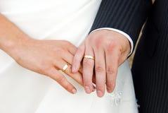 Mani con gli anelli di cerimonia nuziale Immagine Stock Libera da Diritti