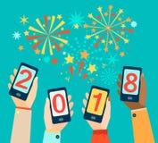 Mani con i cellulari che mostrano 2018 Immagini Stock