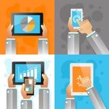 Mani con i dispositivi mobili Immagini Stock Libere da Diritti