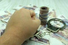 Mani con i dollari in catena su un fondo nero illustrazione di stock