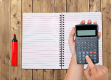 Mani con il calcolatore immagine stock