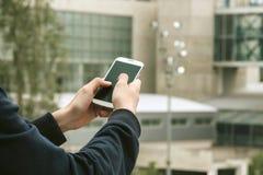 Mani con il cellulare del telefono Fotografia Stock