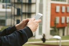 Mani con il cellulare del telefono Immagini Stock Libere da Diritti