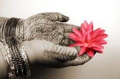 Mani con il disegno del hennè fotografia stock libera da diritti