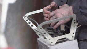 Mani con il manipolatore del robot della leva di comando archivi video
