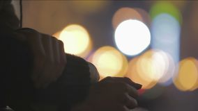 Mani con il primo piano collegato delle dita, il segno di cura ed il supporto, gente amorosa video d archivio