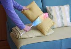 Mani con il pulitore della polvere, concetto della donna della casa di pulizie di primavera fotografie stock libere da diritti