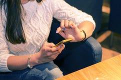Mani con il telefono Immagini Stock