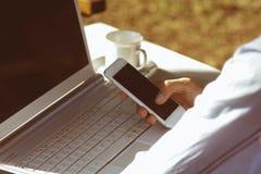 Mani con il telefono mobile Fotografia Stock Libera da Diritti