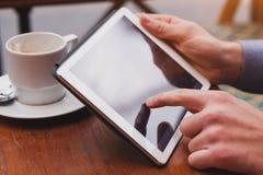 Mani con il touchpad digitale della compressa immagini stock