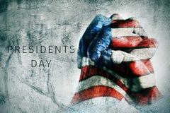 Mani con la bandiera del giorno di presidenti del testo e degli Stati Uniti Fotografia Stock Libera da Diritti