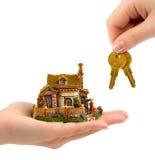 Mani con la casa ed i tasti Fotografie Stock Libere da Diritti