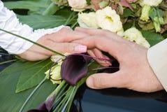 Mani con la cerimonia nuziale Immagine Stock