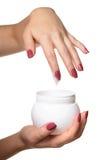Mani con la crema del cosmetico del barattolo Fotografia Stock Libera da Diritti