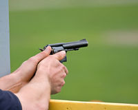 Mani con la pistola Immagine Stock