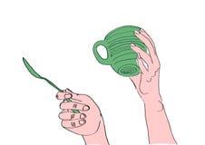 Mani con la tazza ed il cucchiaio Immagini Stock