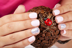 Mani con le brevi unghie dipinte Immagine Stock