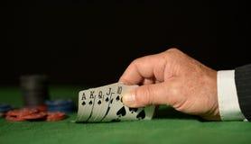 Mani con le carte da gioco Immagine Stock